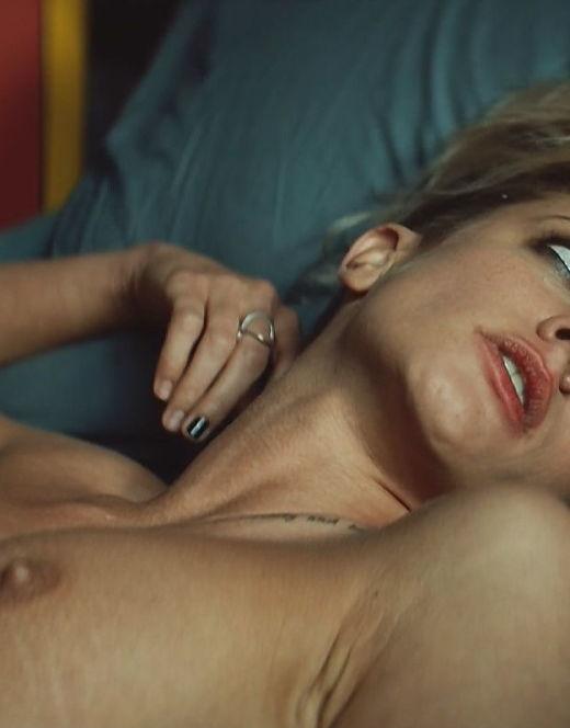 Голая Полина Максимова из фильма «Без меня» (грудь)