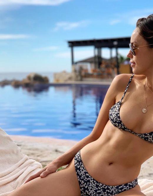 Джессика Макнэми в купальнике