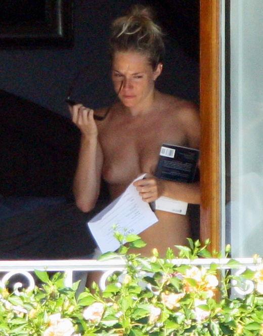 Сиенны Миллер на фото в купальнике (засветы груди)