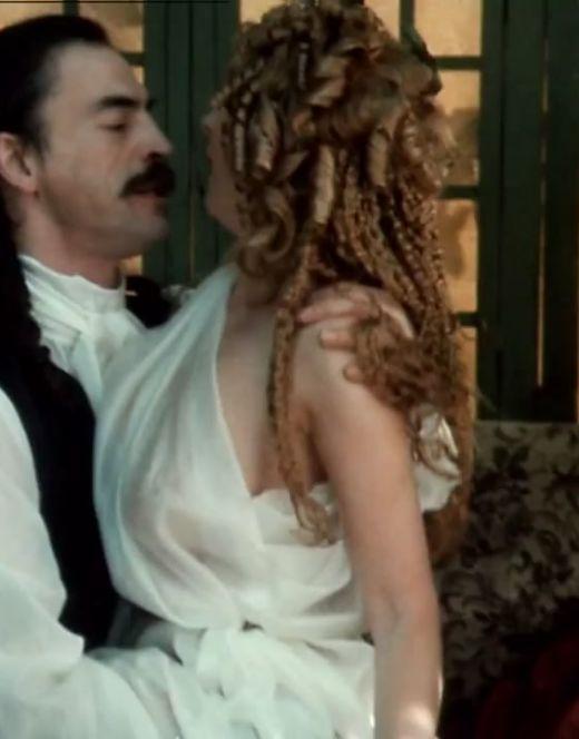 Голая грудь Ларисы из фильма «Тартюф» (1992)