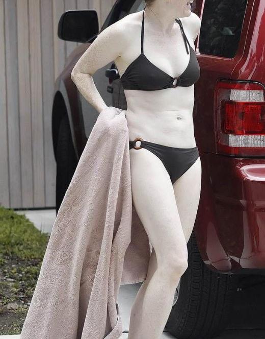 Джулианна Мур на фото в купальнике (засветы)