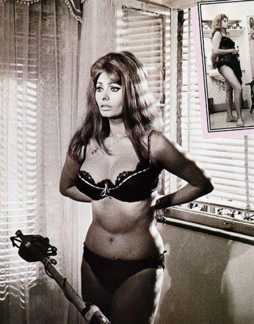 Молодая Софи Лорен в купальнике и нижнем белье