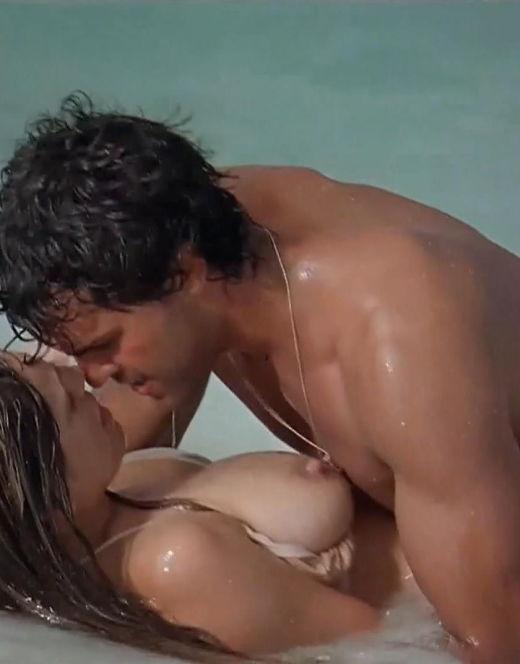 Эротические кадры с обнаженной Келли Брук из кино