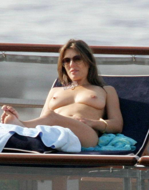 Горячие фото Элизабет Херли на пляжах (грудь, киска)