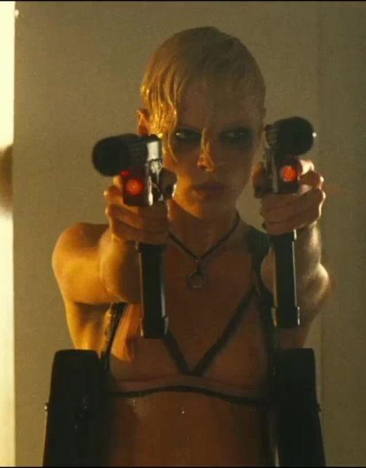 Голая грудь Кейт Наута из фильма «Перевозчик 2»