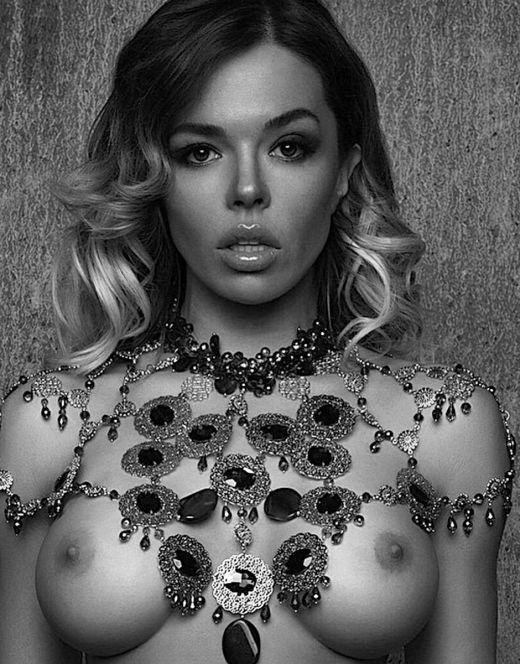 Черно-белые фото с голой Кариной Зверевой
