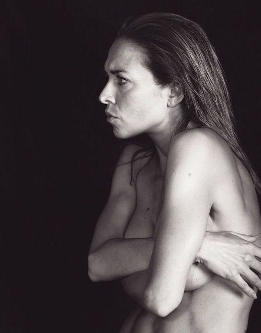 Голая Серафима Низовская в эротической фотосесии (грудь)