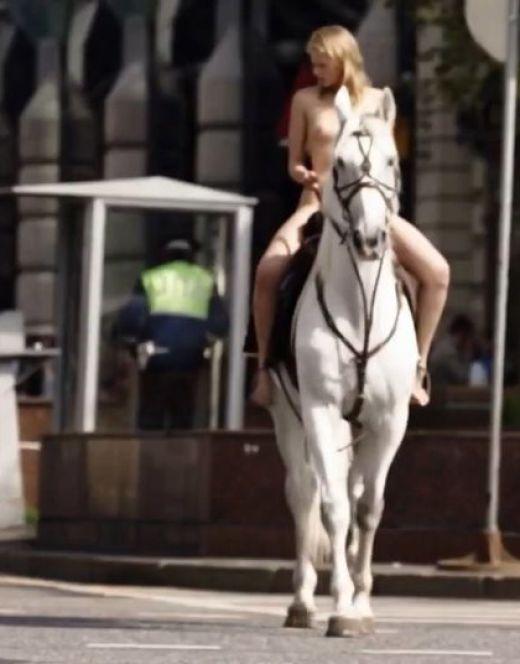 Голая Саша Бортич на коне