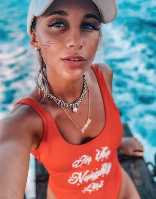 Мия Бойка на фото в купальнике