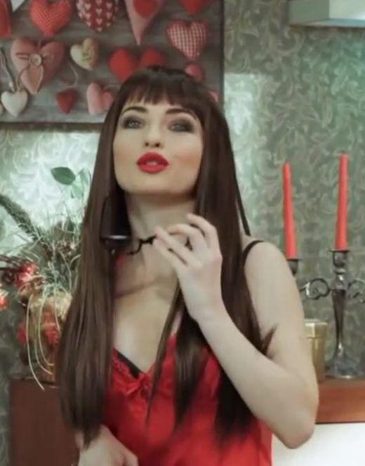 Виктория Булитко в нижнем белье в сериале «На троих» (2018)