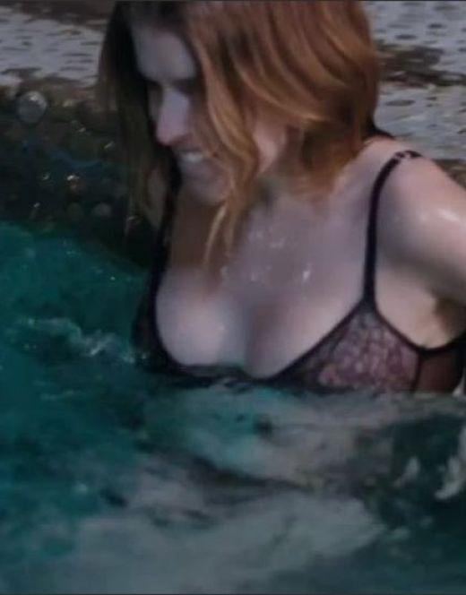 Обнаженная попка Анны Кендрик из фильма «В поисках огня»