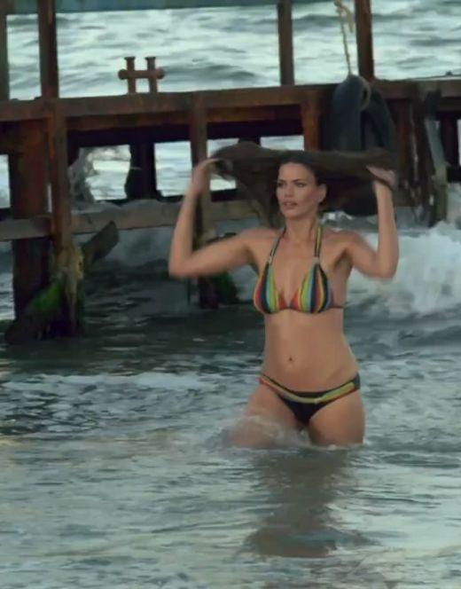 Юлия Галкина в купальнике на кадрах из сериала «Шулер»