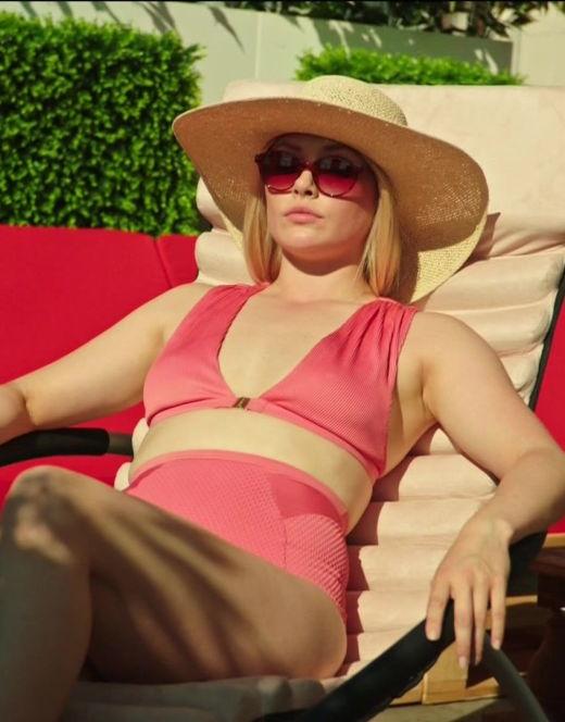 Зоя Бербер в купальнике из сериала «Реальные пацаны» (топлесс)