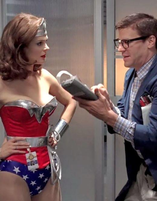 Горячие кадры Эмили Дешанель в костюме Чудо-Женщины из сериала «Кости»