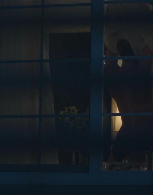Попка Джессики Макнэми из фильма «Сосед»