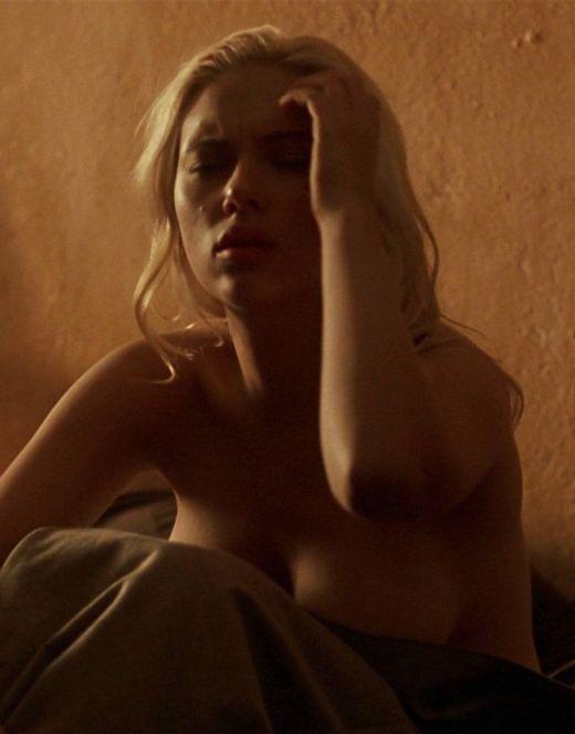 Голая Скарлетт Йоханссон в постельных сценах из кино (сиськи, попа)