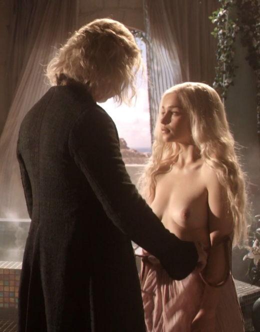 Голая Эмилия Кларк в эротической сцене из сериала «Игра престолов»