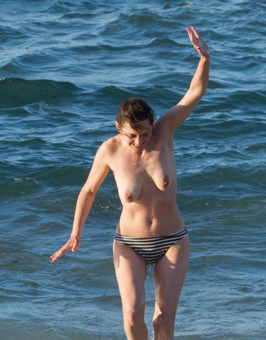 Голая Марион Котийяр на пляже