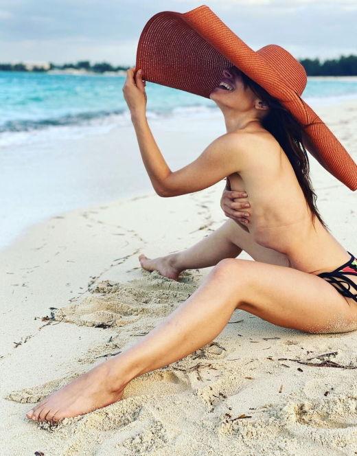 Сара Шахи на фото в купальнике