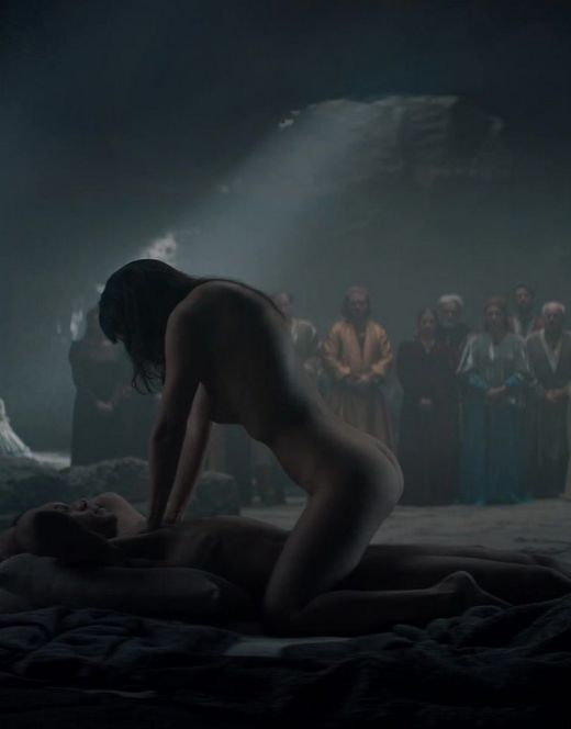 Голая Аня Чалотра в постельной сцене из сериала «Ведьмак»