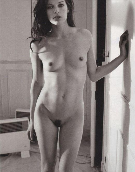 Голая Мила Йовович на горячих фото из журналов