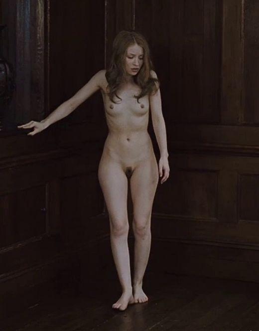 Голая Эмили Браунинг из фильма «Спящая красавица»