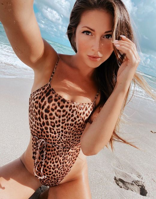 Нюша в леопардовом купальнике