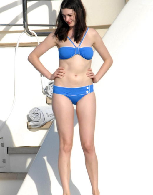 Энн Хэтэуэй на фото в купальнике (засветы)