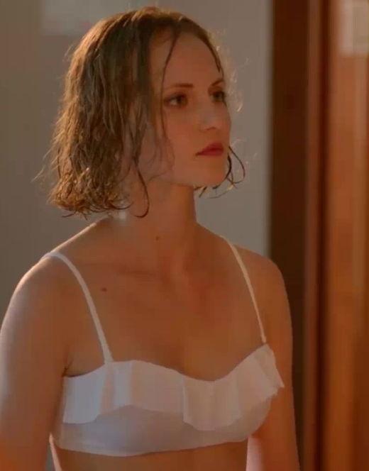 Горячие кадры Анны Бегуновой в купальнике из сериала Отель Элеон»