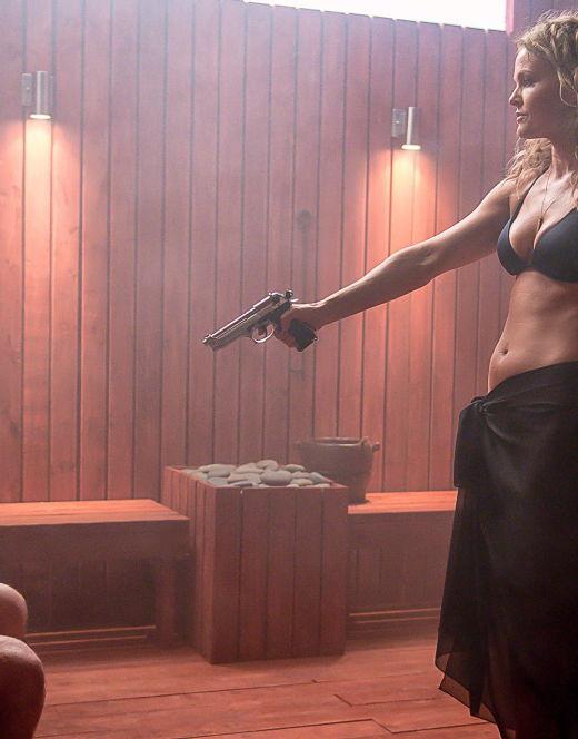 Дина Мейер в купальнике из фильма «Смертельное искушение» (2015)