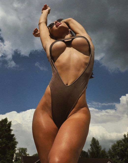 Евгения Мосиенко на фото в купальнике