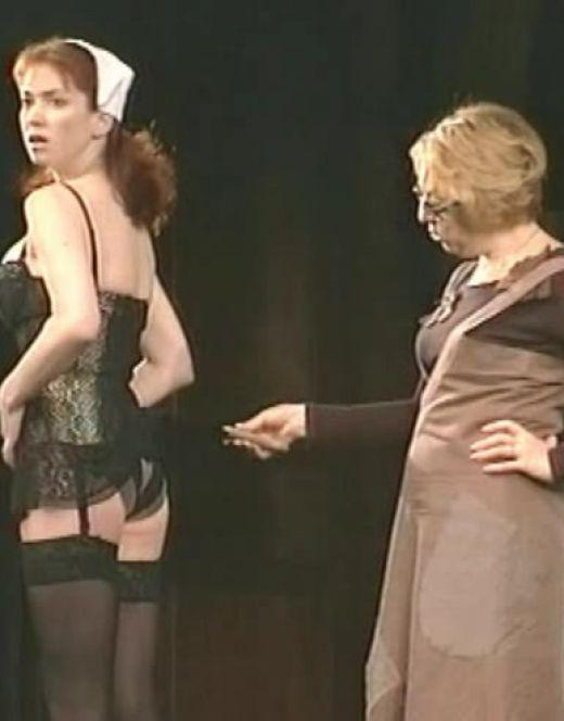 Горячие кадры Анны Большовой из спектакля «Город миллионеров»