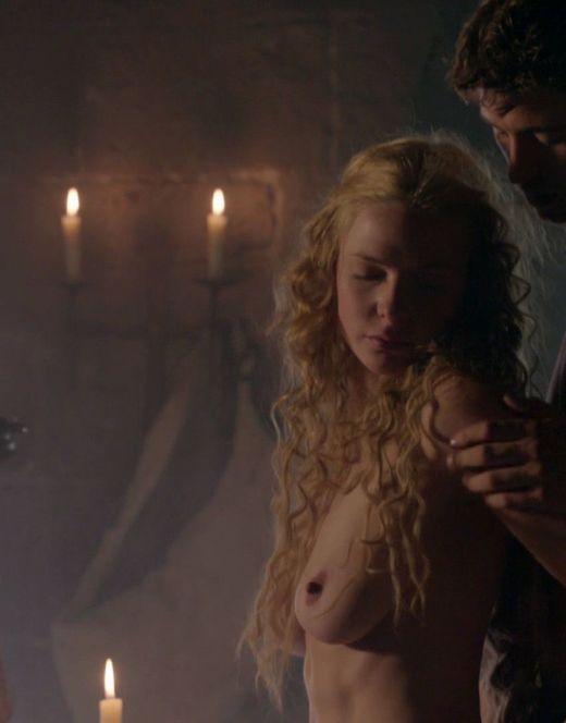 Голая Ребекка Фергюсон в эротических сценах из сериала «Белая королева»