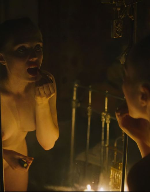 Полностью голая Вероника Мохирева танцует перед зеркалом