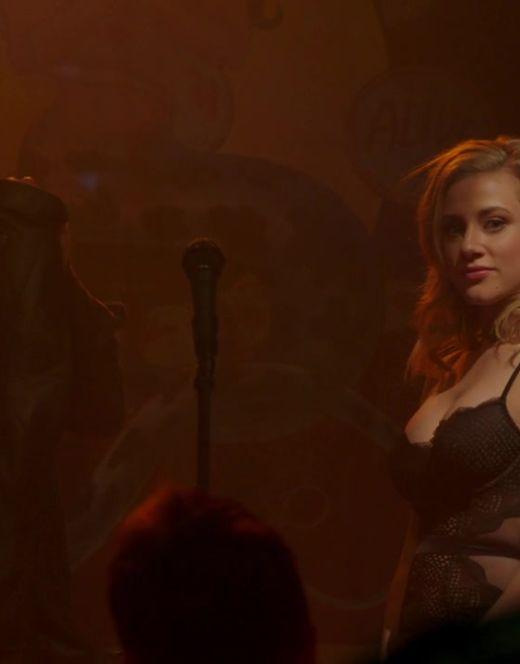 Лили Рейнхарт в нижнем белье из сериала «Ривердэйл»