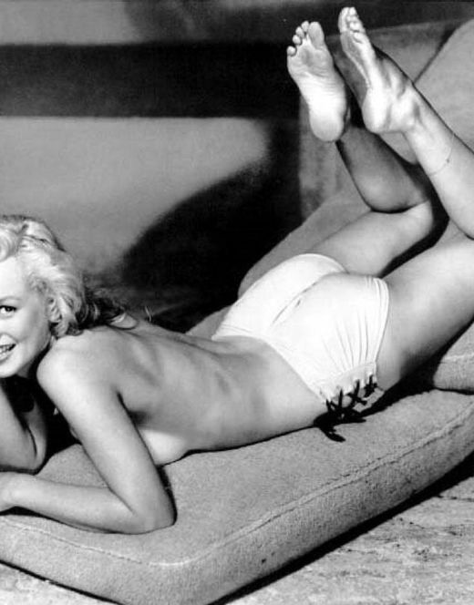Черно-белые фото с обнаженной Мэрилин Монро в купальнике и топлесс