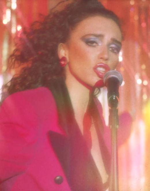 Голая грудь Ольги Серябкиной на кадрах из клипа «Не бойся»