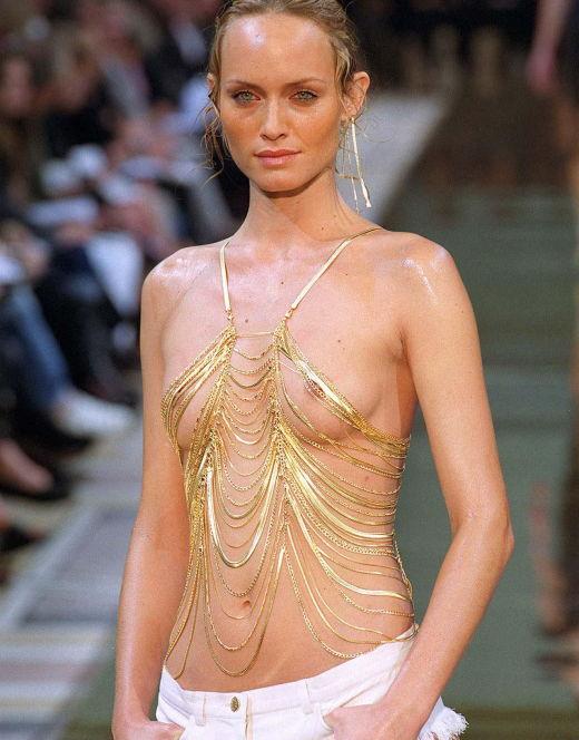 Засветы груди Эмбер Валлетты с показа мод